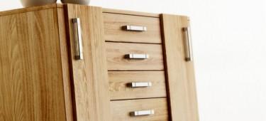 Komody z litego drewna – funkcjonalny mebel do sypialni