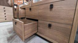 Komody z litego drewna – na co zwrócić uwagę podczas zakupu?